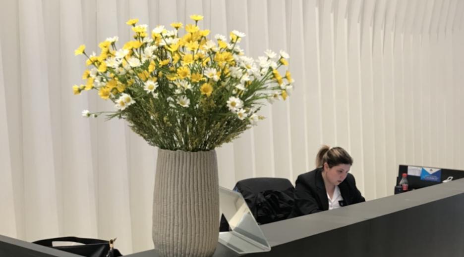 עיצוב פרחים בלובי מפואר